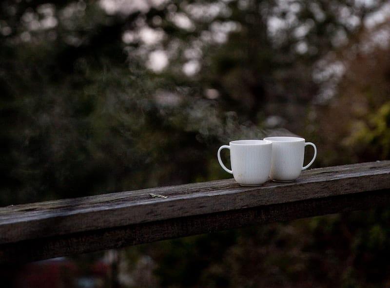 kaffee auf der holzterrasse